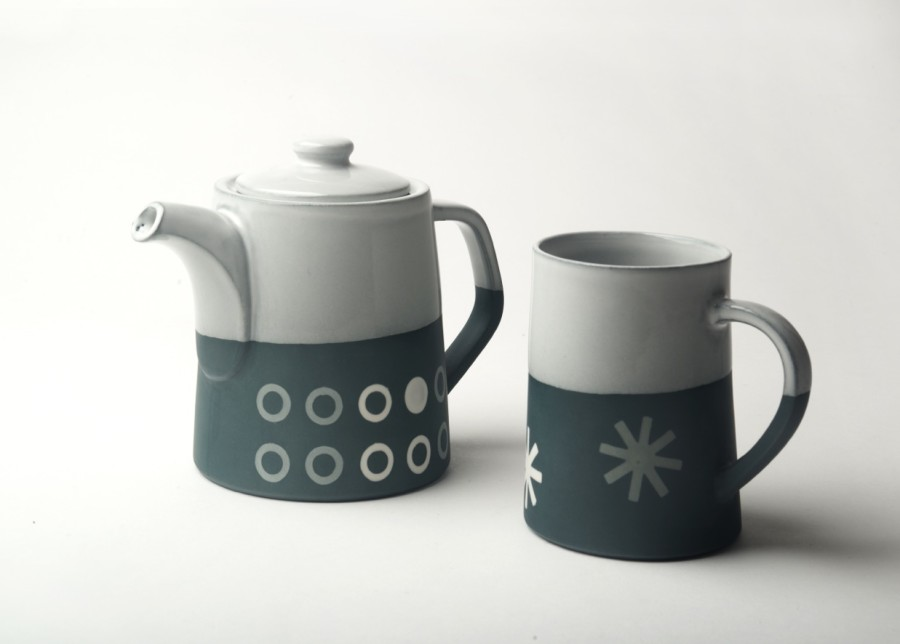 Graphic T-Pot (2 mug): 'Circles'. dark Blue/white glaze top